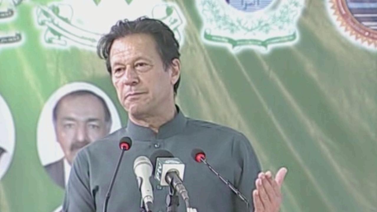 وزیر اعظم عمران خان تربت میں تقریب سے خطاب کر رہے تھے — فوٹو: ڈان نیوز