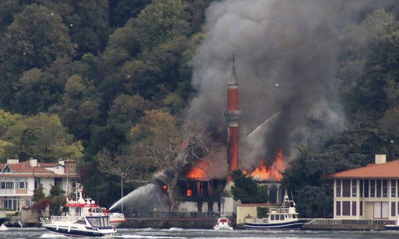 ترکی: استنبول کی تاریخی مسجد میں آتشزدگی