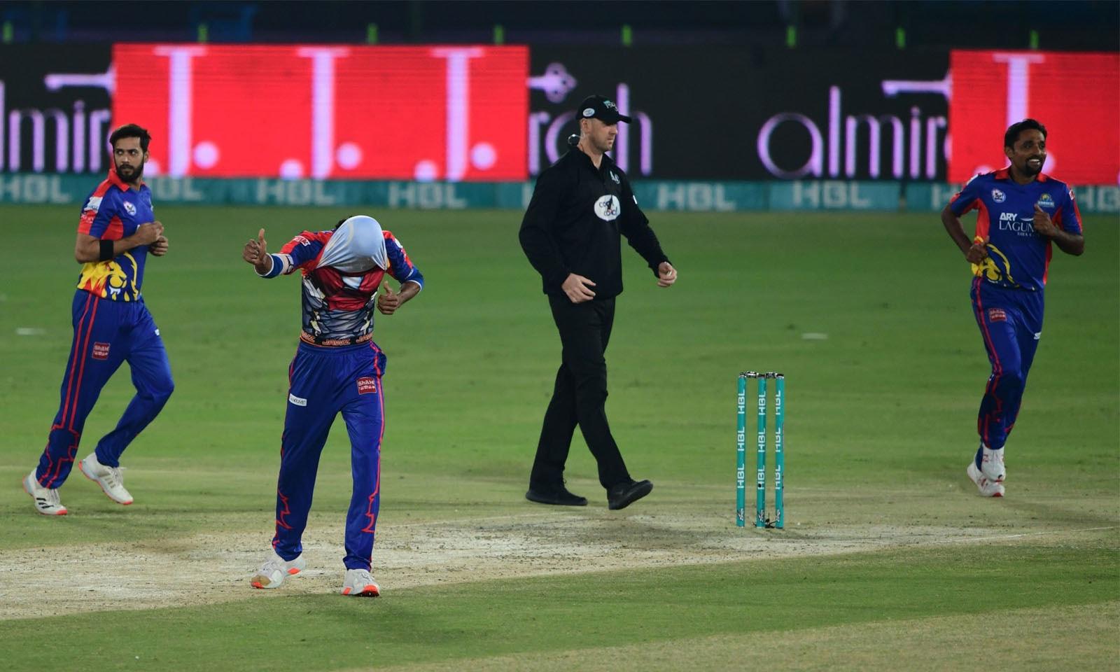 شرجیل خان 11 رنز بنا کر سمت پٹیل کی گیند پر فخر زمان کو کیچ دے بیٹھے—فوٹو: اے پی