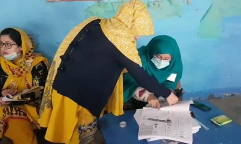 انتخابی عمل میں خواتین کی بھی بھرپور شرکت دیکھنے کو ملی