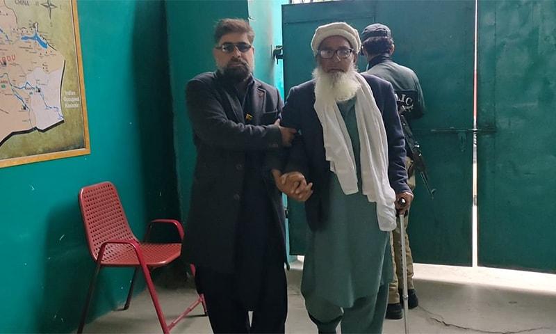 بزرگ شہری بھی اپنا حق رائے دہی استعمال کرنے پولنگ اسٹیشن پہنچے