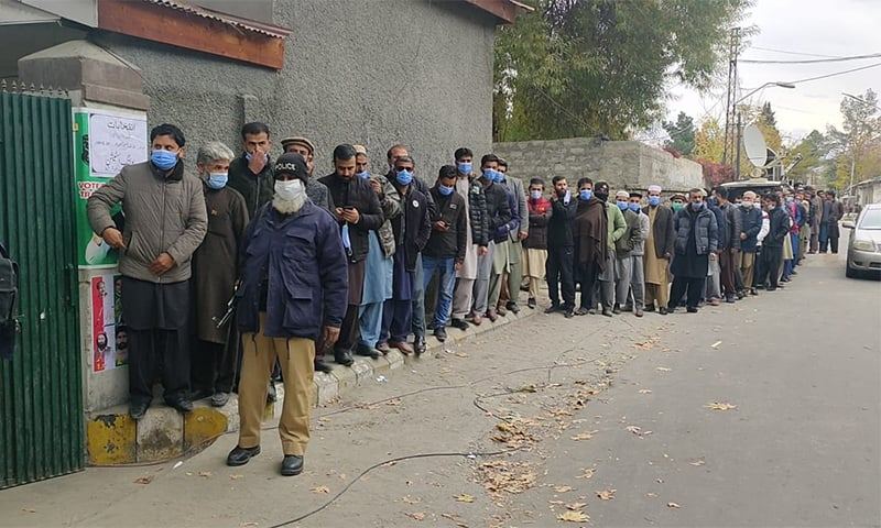صبح سے ہی پولنگ اسٹیشنوں کے باہر ووٹروں کی طویل قطاریں نظر آرہی تھیں