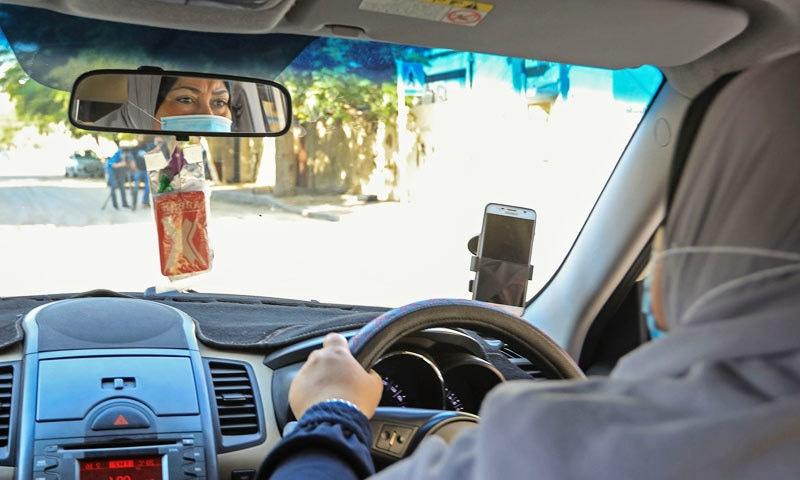 نائلہ ابو جبہ نہ صرف غزہ بلکہ فلسطین کی بھی پہلی خاتون ٹیکسی ڈرائیور ہیں—فوٹو: اے ایف پی