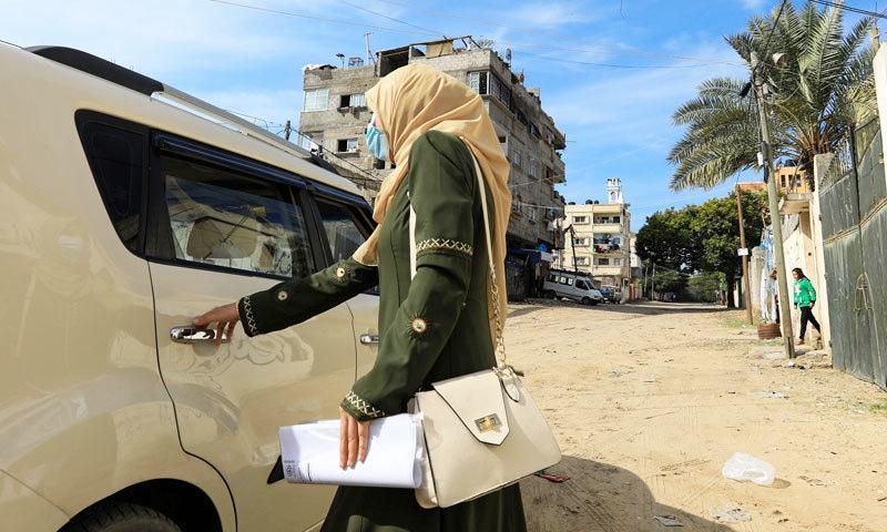 نائلہ ابو جبہ صرف خواتین کی سواری اٹھاتی ہیں—فوٹو: اے ایف پی