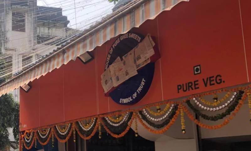بھارت: شیو سینا کے رہنما کی دھمکی پر مٹھائی کی دکان کے نام سے 'کراچی' ہٹادیا گیا