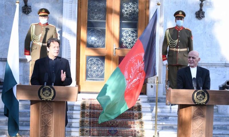 وزیراعظم عمران خان اور افغان صدر نے مشترکہ پریس کانفرنس کی — فوٹو: پی آئی ڈی
