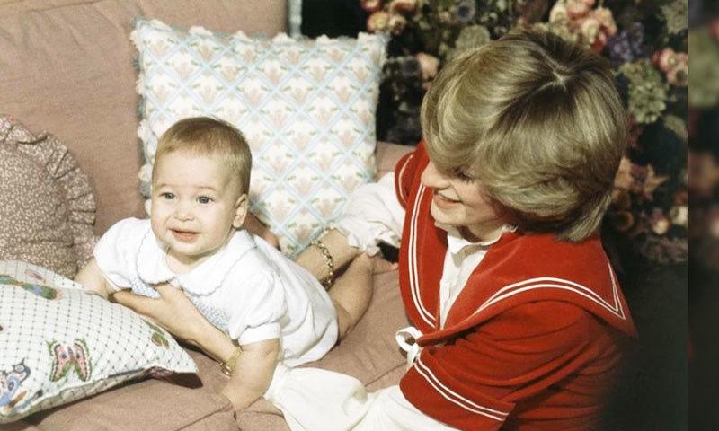 شہزادہ ولیم کی 6 ماہ کی عمر میں والدہ کے ساتھ یادگار تصویر—بشکریہ: اے پی