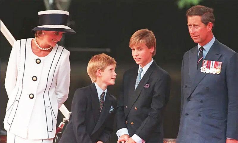 لیڈی ڈیانا کی شوہر شہزادہ چارلس اور بچوں کے ہمراہ 19 اگست 1995 کو کھینچی گئی یادگار تصویر—بشکریہ: اے ایف پی