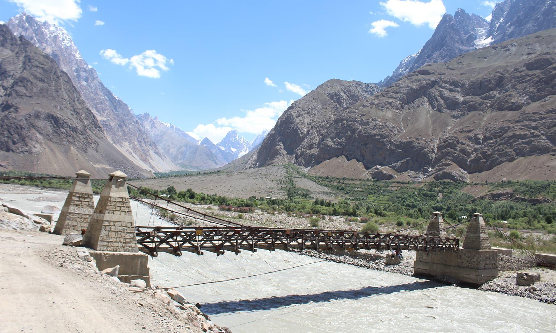 دریائے یارخون پر قائم پل