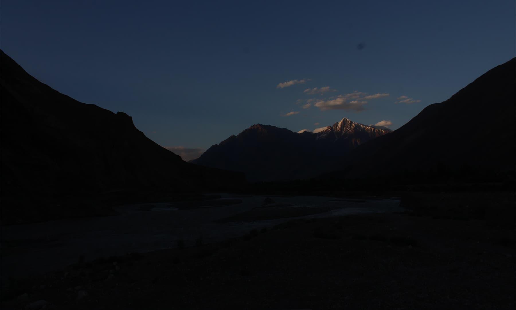 مستوج کی یخ بستہ رات اور دُور چمکتی ہوئی ایک بلند چوٹی