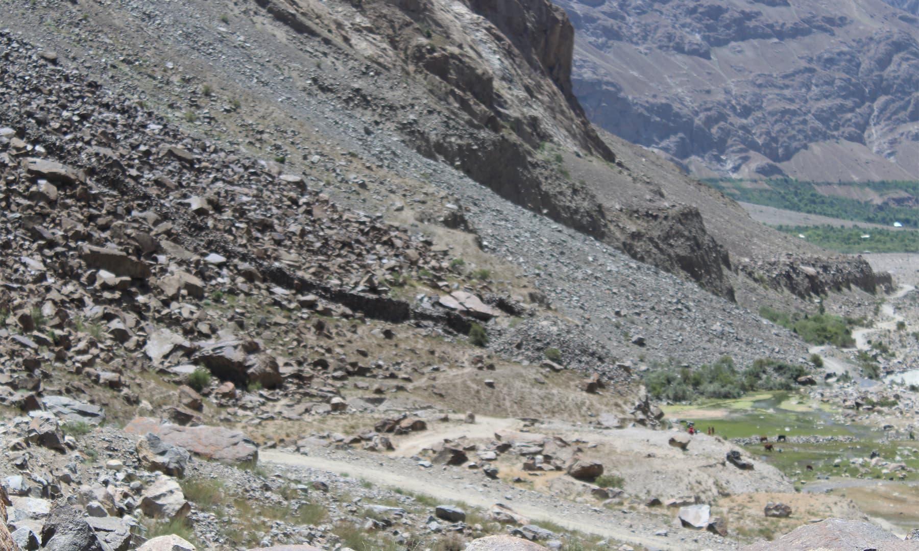 دربند کے مقام پر سڑک کی دونوں جانب مورچے اور ایک چھوٹی دیوار