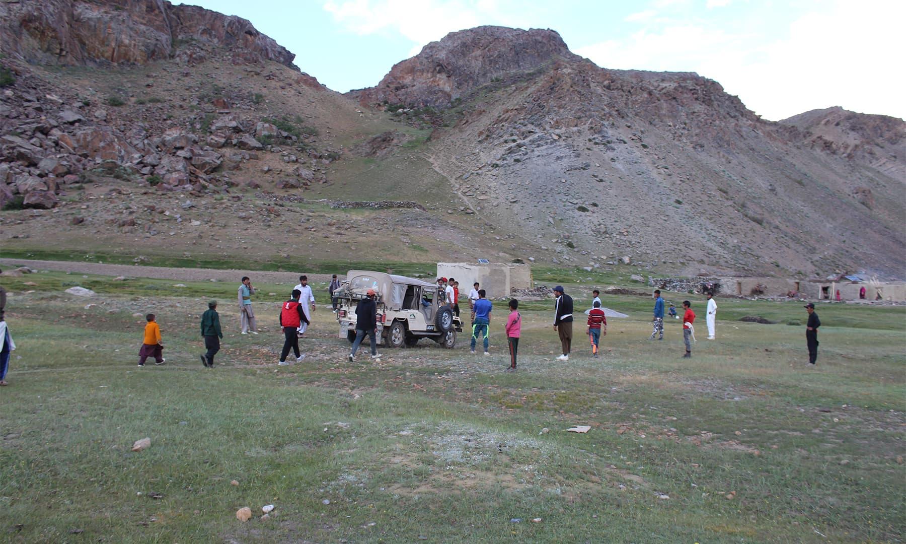 گرل گاؤں کے میدان میں مقامی نوجوان فٹ بال کھیلنے میں مصروف تھے