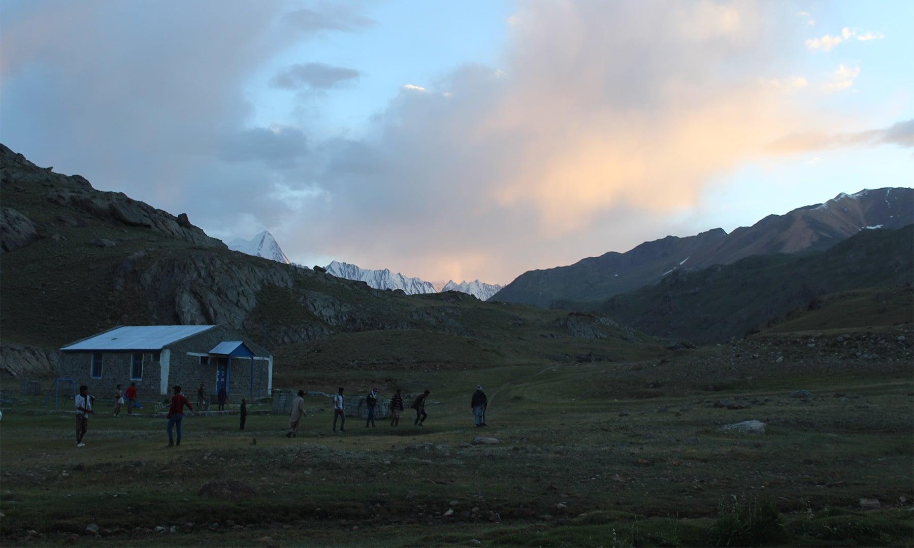 گرل گاؤں میں غروب آفتاب کا مسحور کن منظر