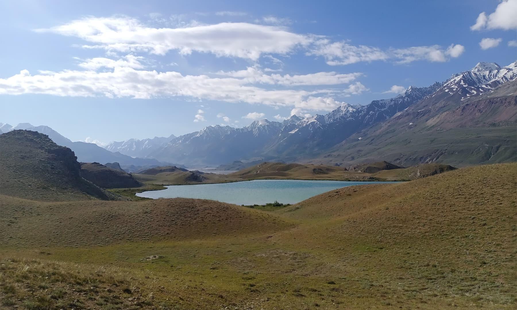 لشکر واز کے قریب ایک خوبصورت جھیل