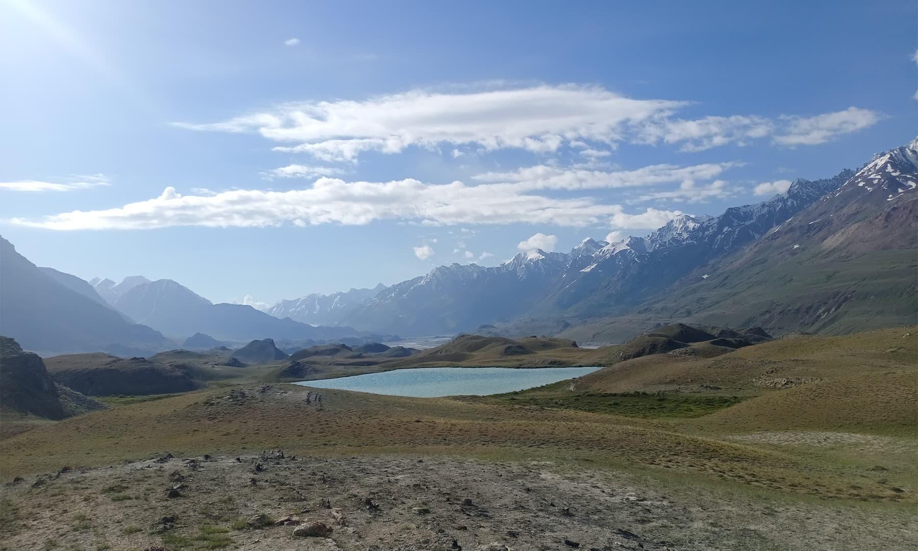 ان پہاڑوں میں ایسی کئی جھیلیں موجود ہیں