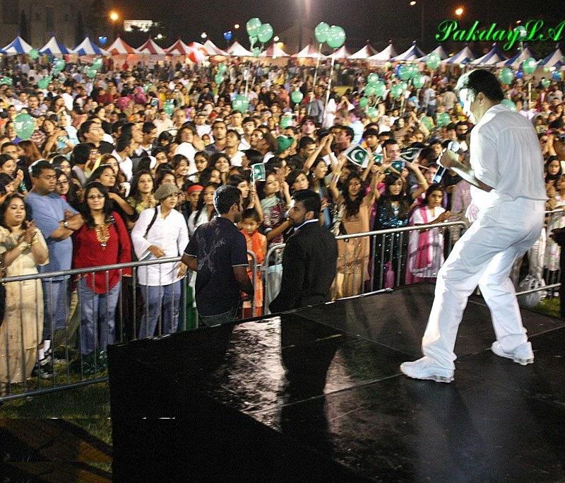 عالمگیر 2007 میں پاکستان میں ہونے والی ایک تقریب میں پرفارمنس کرتے ہوئے—فوٹو: عالمگیر فیس بک