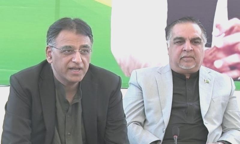 اسد عمر نے گورنر سندھ عمران اسماعیل کے ہمراہ کراچی میں میڈیا سے گفتگو کی— فوٹو: ڈان نیوز