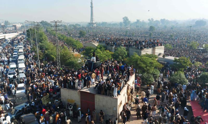 نماز جنازہ میں عوام کی بڑی تعداد شریک تھی—فوٹو: اے ایف پی