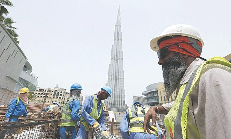 بیرون ملک کام کرنے والوں میں سے 91فیصد سعودی عرب اور متحدہ عرب امارات میں ملازمت کرتے ہیں— فائل فوٹو: اے ایف پی