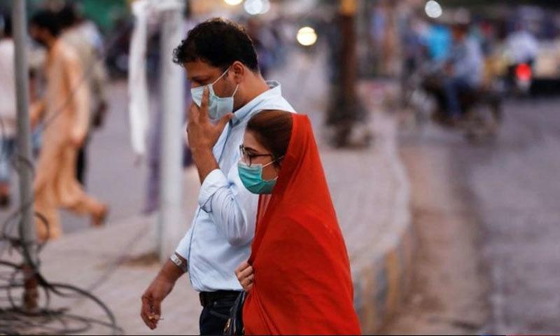 پاکستان میں کورونا کی دوسری لہر کا آغاز اکتوبر کے آخر میں ہوچکا تھا—فائل فوٹو: رائٹرز
