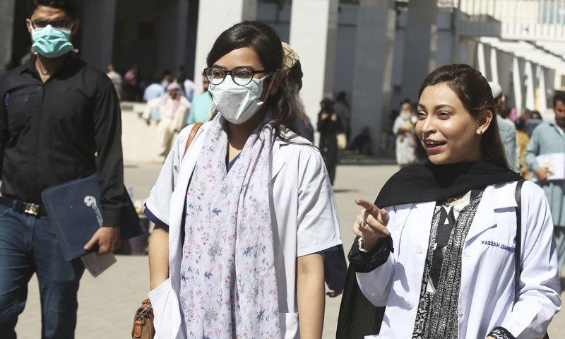 پاکستان میں کورونا کے ایک ہی دن میں زیادہ سے زیادہ کیسز 5 ہزار تک جب کہ اموات 80 تک بھی سامنے آئیں—فائل فوٹو: اے ایف پی