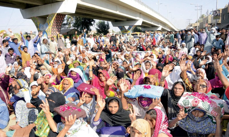 LARKANA: Dwellers of various localities along irrigation channels in the city hold a protest near Jinnahbagh against planned demolition of 'illegally raised' houses and other structures.—PPI