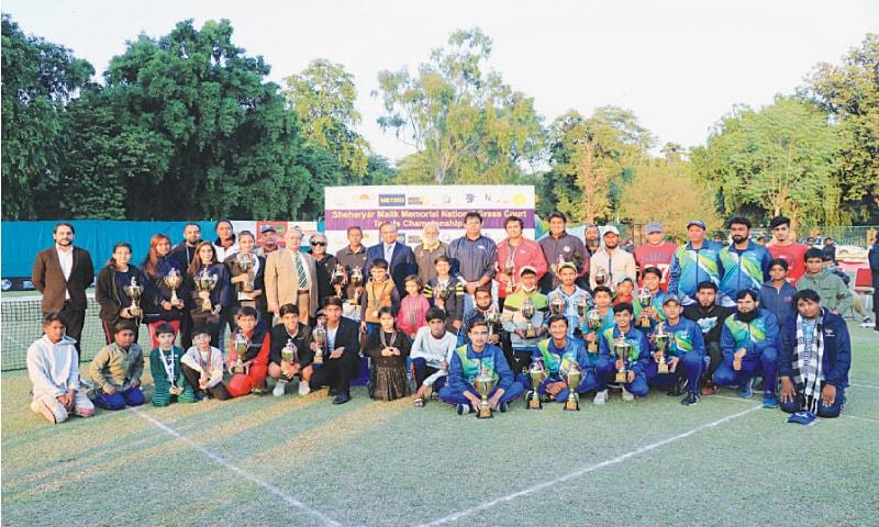 LAHORE: Winners of various categories pose for a group photo with Wapda chairman retired Lt Gen Muzammil Hussain and PLTA secretary Rashid Malik on Saturday.