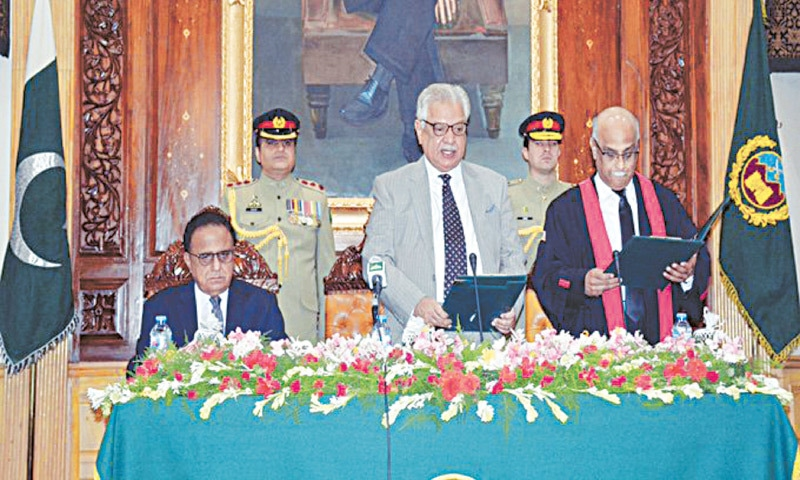 Governor of Khyber Pakhtunkhwa Iqbal Zafar Jhagra administering oath to Chief Justice Waqar Ahmad Seth in June 2018