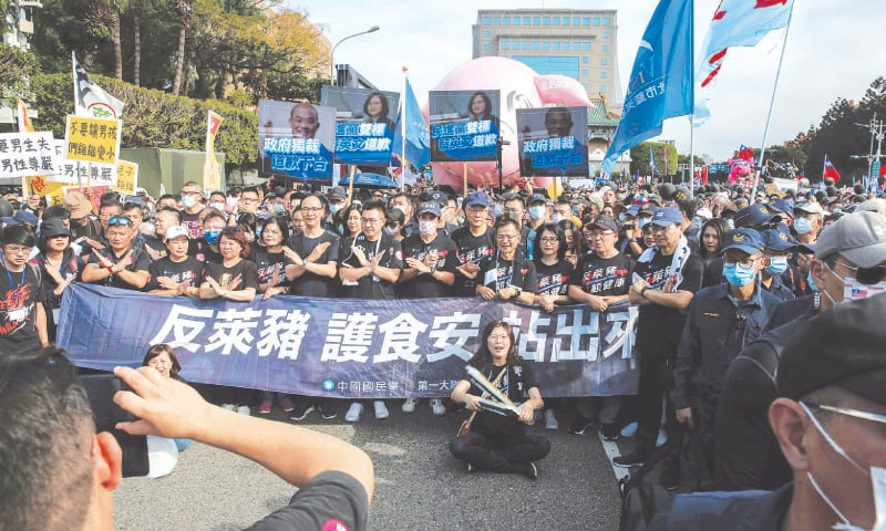 Thousands join Taiwan protest, anger focused on US pork