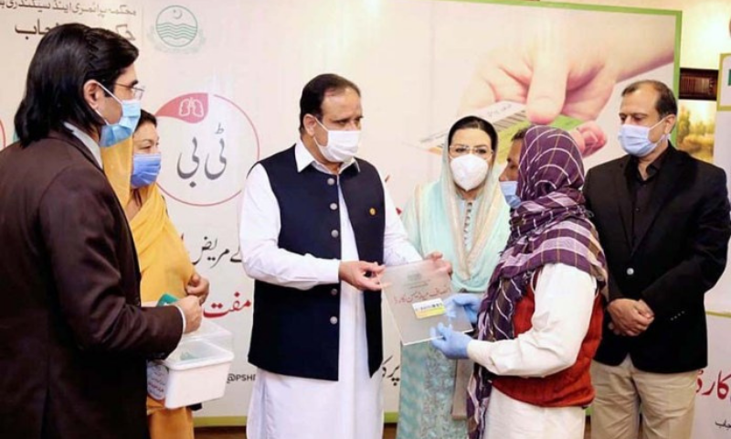 Punjab Chief Minister Usman Buzdar giving away Insaf Medicine Card to patients of Hepatitis, AIDS and TB for provision of free medicines. — APP