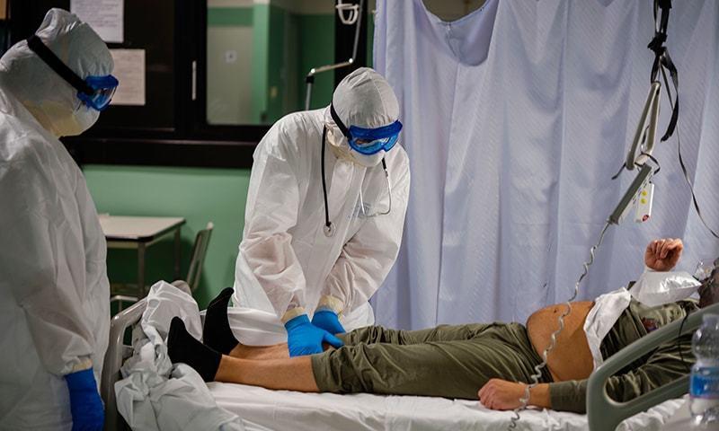 ایک ہفتے قبل 11 مریض وینٹی لیٹرز پر تھے جو بڑھ کر 29 تک پہنچ گئے—فائل فوٹو: اے پی