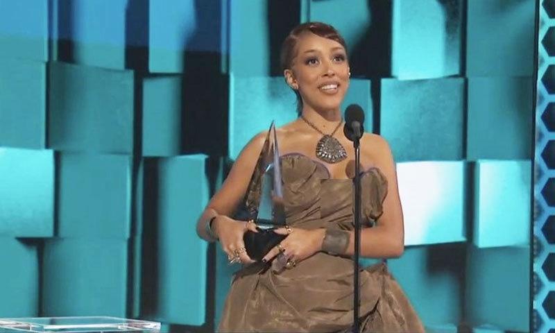 گلوکارہ ڈوجا کیٹ کو بھی دو ایوارڈز ملے—فوٹو: اے پی