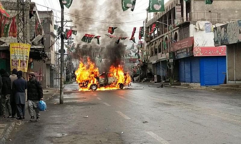 گلگت کے 'حلقہ دو' کے انتخابی نتیجے کے خلاف احتجاج، 4 گاڑیاں نذر آتش