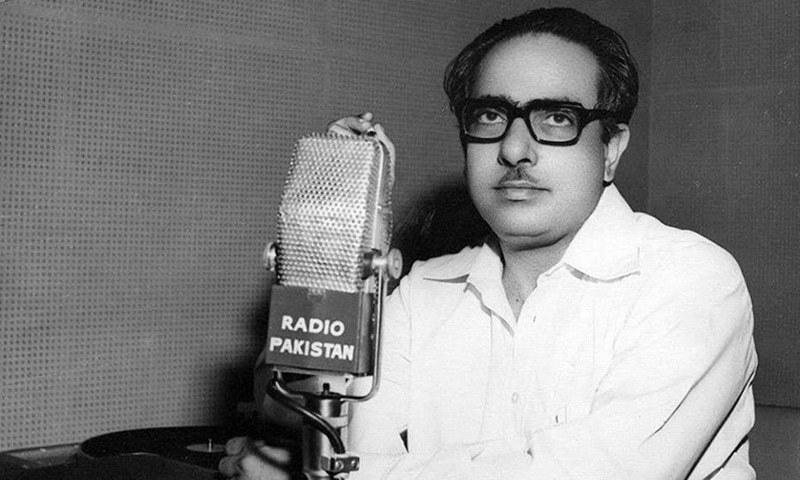 جمیل الدین عالی 1983 میں ریڈیو پاکستان سے اپنا پروگرام ادبی مجلہ پیش کرتے ہوئے۔ فوٹو بشکریہ ریڈیو پاکستان۔