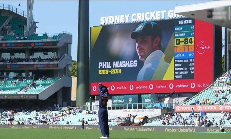 فل ہیوز کی یاد میں اسٹیڈیم میں موجود اسکرین پر ان کی یاد میں تصویر دکھائی— فوٹو بشکریہ کرکٹ آسٹریلیا