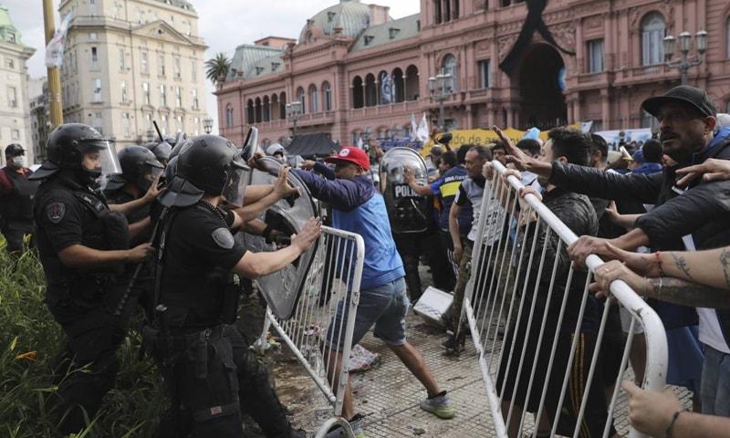 میراڈونا کی آخری رسومات کی ادائیگی کے موقع پر پولیس اور مداحوں کی جھڑپیں بھی ہوئیں— فوٹو: اے ایف پی