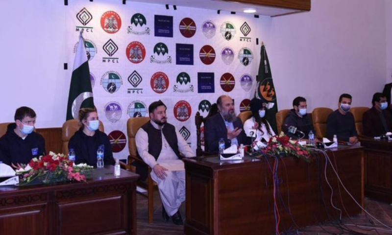 Balochistan Chief Minister Jam Kamal Khan Alyani addresses a press conference along with international squash players in Quetta. — APP
