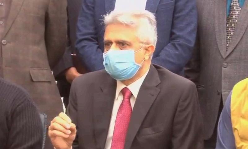 ڈاکٹر فیصل سلطان نے کہا سال 2021 کی پہلی سہ ماہی میں کورونا ویکسین دستیاب ہو سکے گی — تصویر: ڈان نیوز