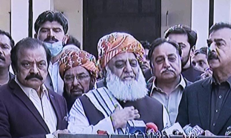 Punjab PML-N president Rana Sanaullah, JUI-F chief Maulana Fazlur Rehman and former prime minister Yousaf Raza Gilani address the media in Multan on Sunday. — DunyaNewsTV screengrab