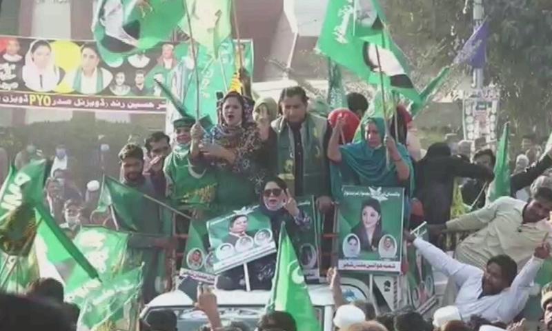 مسلم لیگ (ن) کے کارکنان کی بڑی تعداد بھی موجود ہے—اسکرین شاٹ