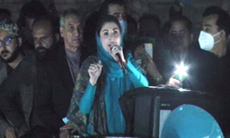 Maryam Nawaz, flanked by PPP's Aseefa Bhutto-Zardari, former premier Yousuf Raza Gilani and other PDM leaders,  addresses the rally in Multan. — DawnNewsTV