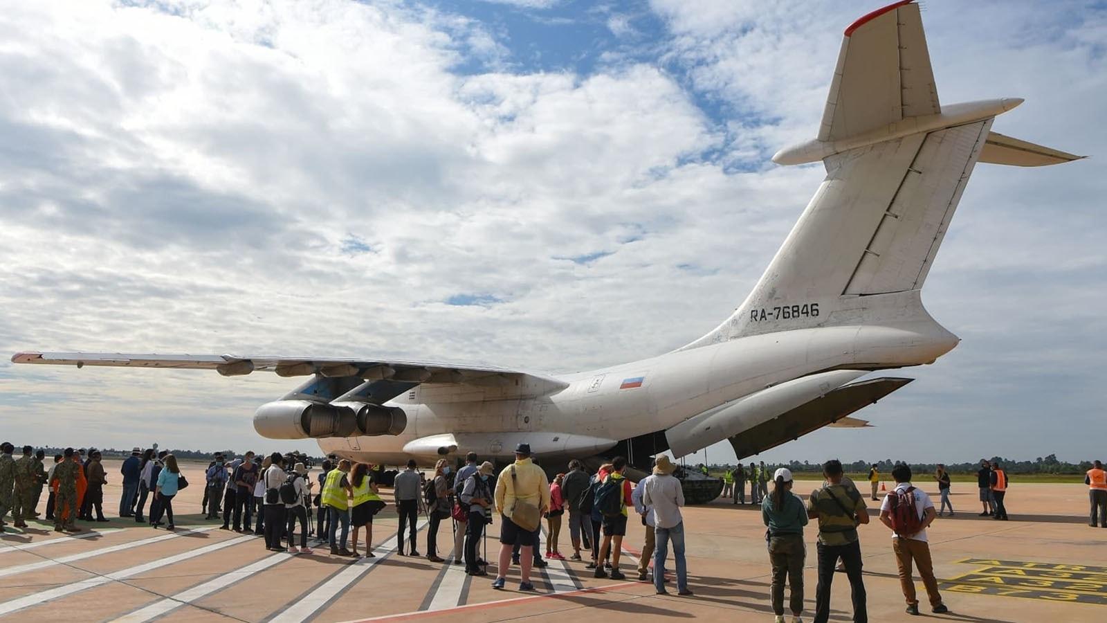 کاون کو خصوصی طیارے میں ڈال کر روانہ کیا گیا—فوٹو: اے ایف پی