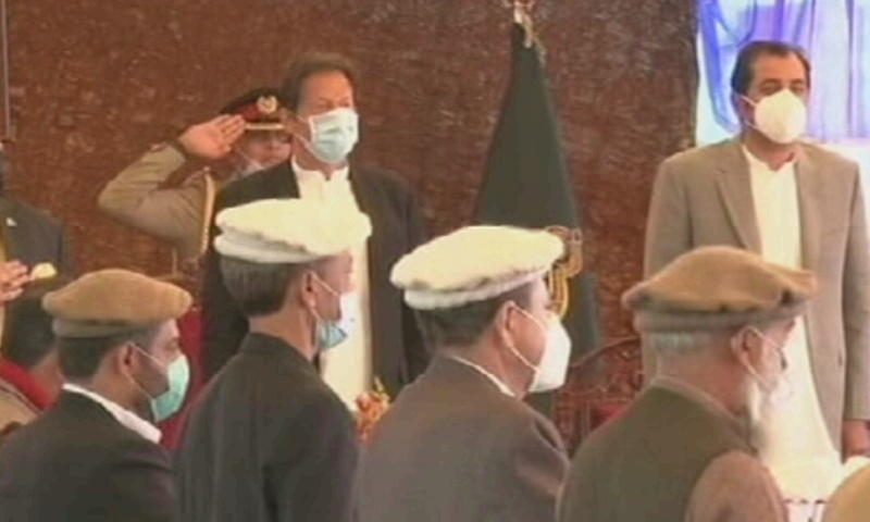 PM Imran Khan stands alongside newly sworin in GB Chief MInister Mohammad Khalid Khursheed Khan at the oath taking ceremony of the region's cabinet. — DawnNewsTV
