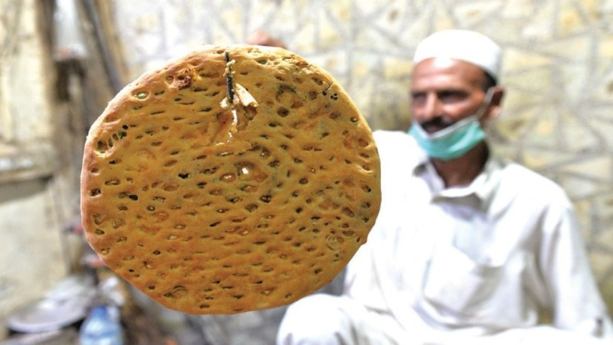 Aurangzaib pulls a naan out of the tandoor | Photos by Murtaza Ali