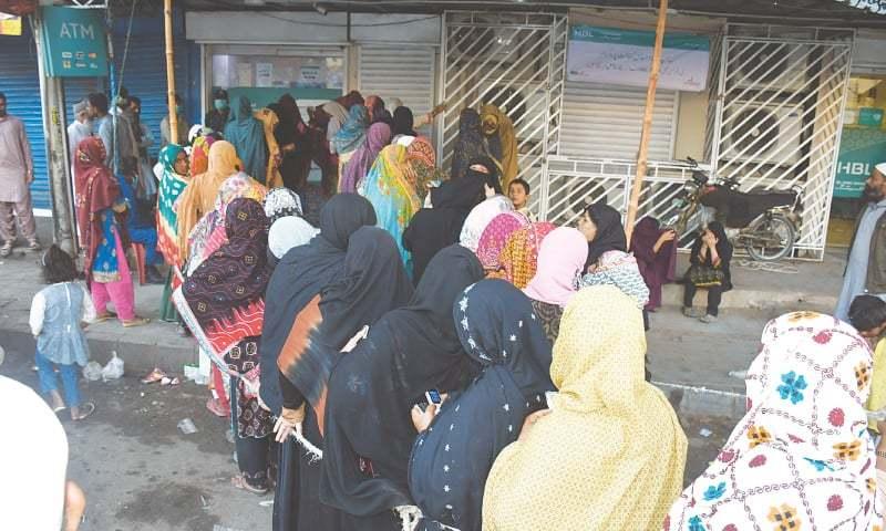 کورونا وائرس کے دوران بغیر سماجی فاصلہ اپنائے قطار کا منظر—فوٹو: فیصل مجیب/ وائٹ اسٹار