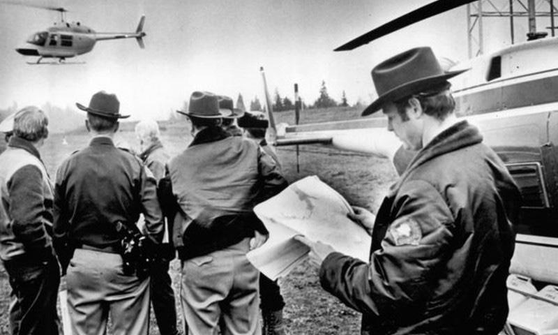 واقعے کے بعد علاقے میں شواہد کی تلاش — اے پی فوٹو