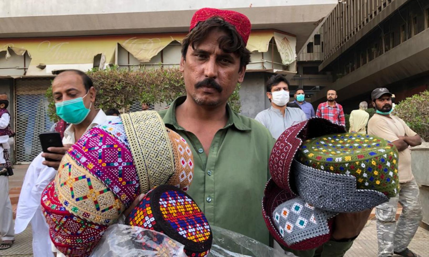 کراچی میں سندھی کلچر ڈے کے موقع پر سندھی ٹوپی کی فروخت میں بھی اضافہ ہوا—فوٹو: امتیاز علی