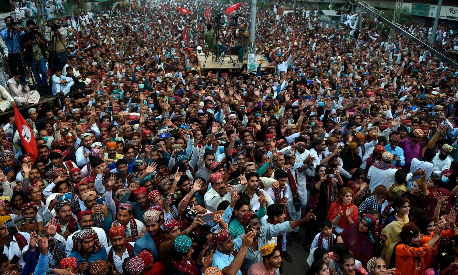 لوگوں کی بڑی تعداد نے مختلف علاقوں میں جشن منایا—فوٹو: اے ایف پی