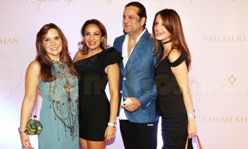 فردین خان اپنی کزن سوزانے خان، ان کی والدہ اور اہلیہ کے ہمراہ—فائل فوٹو: فیس بک