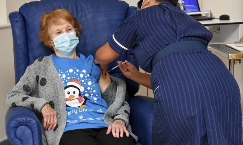 برطانیہ: کورونا ویکسین کی پہلی خوراک کے ساتھ وائرس سے تحفظ کا عالمی پروگرام شروع